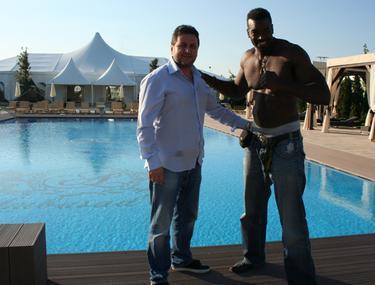 Bodyguard-ul Tinei Turner s-a răcorit la piscină, în Bucureşti