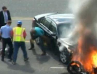 Video   Ce şansă a avut: mai mulţi oameni au scos un motociclist de sub roţile unei maşini