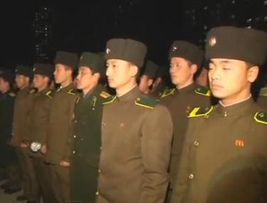 """""""Vestea morţii Comandantului e cumplită, dar vom găsi în noi puterea de a supravieţui"""". Soldaţii lui Kim, devotaţi acum fiului"""