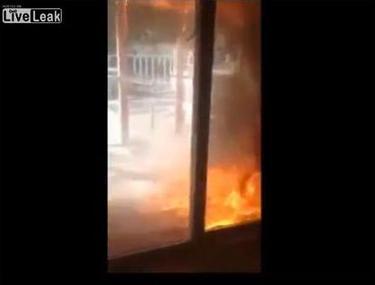 Ce cretină! O tânără filmează cum îi arde casă, în loc să stingă focul! | VIDEO