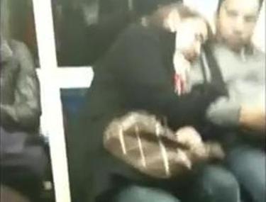 VIDEO DEMENŢIAL! O femeie adoarme la metrou cu capul pe bărbatul străin de lângă ea. Când se trezeşte şi-şi dă seama....:))