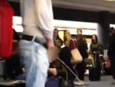 """CÂTĂ LIPSĂ de BUNĂ CREŞTERE! Un actor din """"Twilight"""", filmat când URINA în sala de aşteptare aeroportului! VIDEO"""