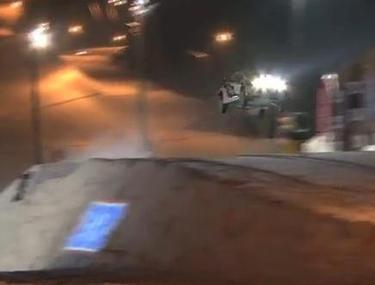Record mondial: A sărit cu o maşină 60 de metri pe zăpadă   VIDEO