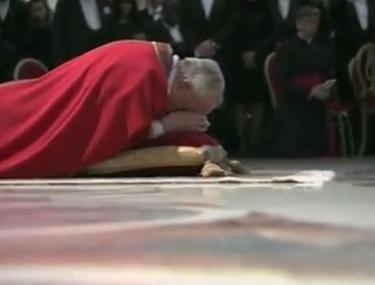 O nouă dovadă de smerenie! Papa Francisc s-a rugat întins pe podea în Bazilica Sfântul Petru   VIDEO MEMORABIL