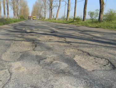 Şoseaua arată ca după bombardament! DN Oraviţa-Moraviţa le scoate peri albi şoferilor