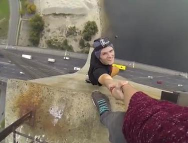 Ai CURAJ PENTRU FINAL? Un tânăr atârnă de mâna prietenului său, la peste 100 de metri înălţime. ÎŢI VOR TRANSPIRA MÂINILE DE EMOŢIE | Video