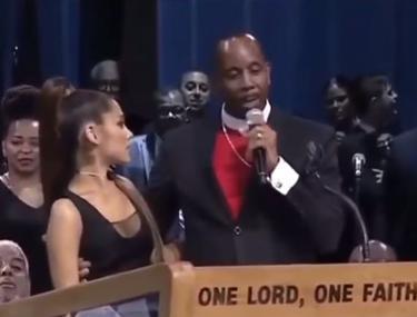 FOTO&VIDEO/ Ariana Grande, pipăită de un pastor la înmormântarea Arethei Franklin. Și Bill Clinton a fost cu ochii pe cântăreață