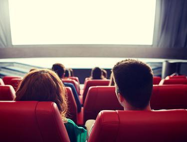 Studenți care privesc la filme făcute după romane de la BAC