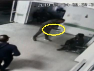 Un bărbat înarmat cu un cuțit a sărit la bătaie în spitalul din Roman