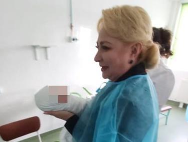 Viorica Dăncilă și Sorina Pintea, criticate pe rețelele de socializare după ce s-au pozat ținând nou-născuți în brațe