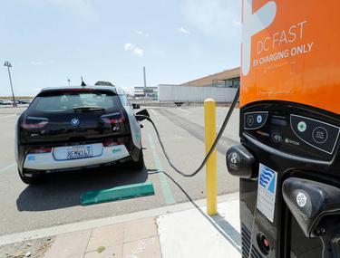 Primele stații de încărcare pentru mașini electrice pe autostradă vor fi construite la Arad