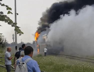 VIDEO | Incendiu pe calea ferată. Un tren care circula pe ruta Bucureşti - Târgu Mureş, cuprins de flăcări. Zeci de pasageri evacuați