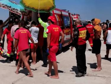 Steag roșu pe litoral, turiștii continuă să intre în marea agitată. Două persoane, salvate în ultima clipă de salvamari