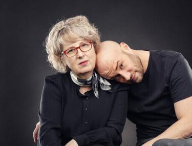 """Mihai și Emilia Bendeac au lansat împreună """"Jurnalul unui Burlac. Conversații cu mama"""". """"Varianta ideală ar fi ca oamenii să cumpere cartea și să nu o citească"""""""