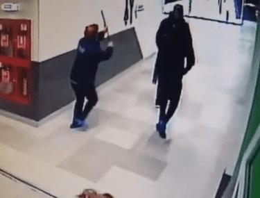 VIDEO | Bărbatul acuzat că a încercat să violeze o femeie în toaleta unui mall, prins de femeia de serviciu, care a încercat să-l lovească cu mopul