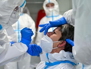 Aproape 3.000 de cazuri de COVID-19 în ultimele 24 de ore, la un număr mai mare de teste, față de ziua precedentă. Numărul deceselor, în creștere