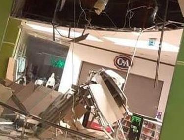 """Tavanul unui mall din Arad s-a prăbușit, în timpul unor reparații. Inginer: """"A cedat din cauza trepidațiilor"""""""