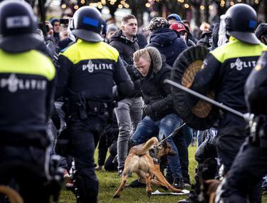 VIDEO | Zeci de arestări în Amsterdam, în urma unui protest anti-lockdown marcat de confruntări cu polițiștii