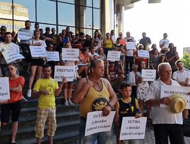"""Băimărenii protestează în fața tribunalului care l-a eliberat pe șoferul ce a schilodit un bărbat și i-a ucis soția: """"Vrem dreptate"""""""