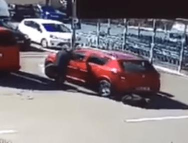 Femeie prinsă sub mașină și târâtă pe caldarâm, după o manevră greșită a unei șoferițe, la Sighișoara. Cum se simte victima