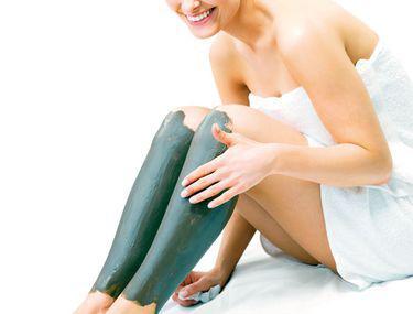 ceea ce face ca picioarele să se simtă strânse și umflate picioare umflate gambe și glezne