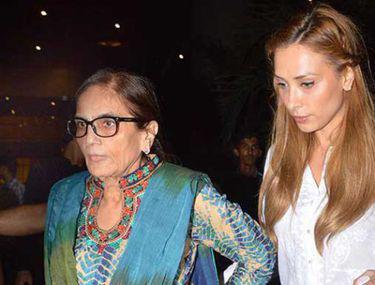 """Iulia Vântur, cu mama lui Salman Khan la aeroport. Blonda se înţelege perfect cu """"soacra"""""""