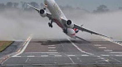 SUPERPILOT! Cum reuşeşte să pună avionul pe pistă pe un vânt de 110 km/h