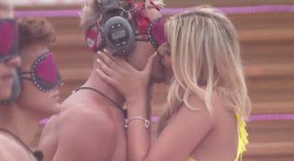VIDEO Probabil cea mai HOT probă de la Insula Iubirii » Momentul în care toți concurenții sunt sărutați: imaginile sunt virale