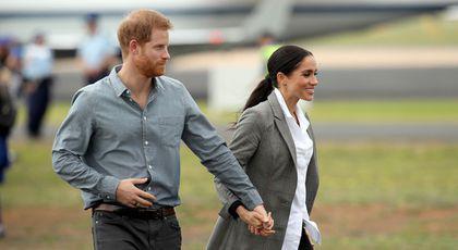 De ce Prinţul Harry o ţine tot timpul de mână pe Meghan? Specialiştii dezvăluie misterul