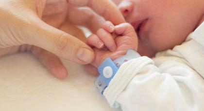 Un bebeluș de 14 zile a murit după ce a fost sărutat de părinți