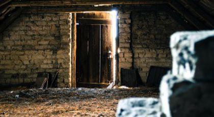 """""""În timp ce săpau la galeriile de metrou de sub București, doi muncitori au descoperit o ușă secretă. Este de-a dreptul șocant ce a urmat"""