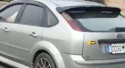 Imagini șocante surprinse pe o autostradă aglomerată! În timp ce se afla la volan, șoferul întreținea relații amoroase cu o tânără. Un alt conducător auto a întregistrat totul cu telefonul mobil (FOTO+VIDEO)