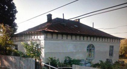 """La prima vedere pare o casă mică într-un linișit sat din județul Vrancea. Când vorbesc despre ea, oamenii se cutremură: """"Aici, sunt zile când se arată..."""""""