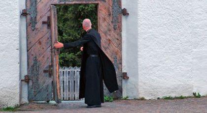 S-a întâlnit cu un călugăr de la Mănăstirea din Peștera Ialomiței. Bătrânul era speriat, vorbea grăbit și gesticula. S-a apropiat de femeie și i-a spus ceva cumplit…