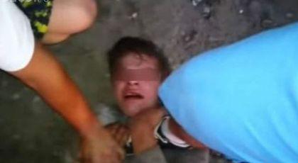 VIDEO Adolescent prins de oameni la marginea Clujului după ce a violat o fetiţă de 3 ani