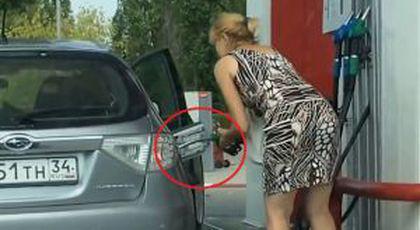 VIDEO Şoferia, bat-o vina! Cele mai tari gafe ale femeilor în benzinării