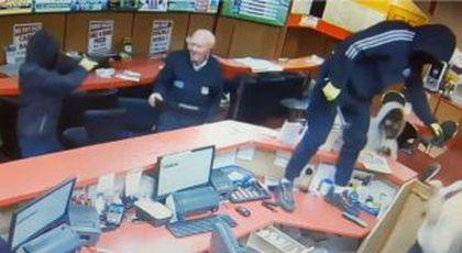 VIDEO Un bătrân de 85 de ani s-a luptat de unul singur cu 3 hoți înarmați și i-a pus pe fugă