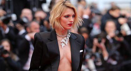 Cea mai îndrăzneață ținută de la Cannes! Supermodelul Anja Rubik a venit fără sutien pe covorul roșu