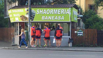 """Rugby. România - Namibia (ora 20.00, Dolce 2). Viață de sportiv: șaorma și țigări pentru tricolori, """"meniul"""" înainte de testul cu Namibia / GALERIE FOTO"""