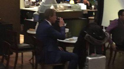 Selecționerul Christoph Daum, surprins în timp ce bea un pahar cu vin în aeroportul din Istanbul