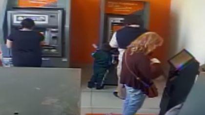 VIDEO | Momentul în care un băiat de patru ani fură de la bancomat