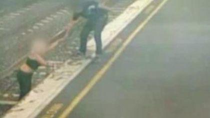 VIDEO | O femeie a fost salvată în ultima clipă, după ce a ajuns pe șinele de metrou. După doar câteva secunde, trenul a ajuns în stație