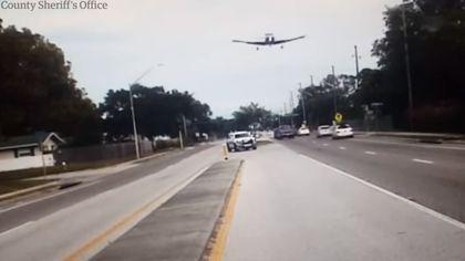 VIDEO | Un avion a aterizat de urgență pe o autostradă