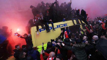 Bătăi înainte de meciul Liverpool - AS Roma. Huliganii italieni i-au bătut și înjunghiat pe englezi. Două arestări