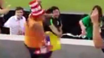 Rene Higuita a lovit cu pumnul un suporter al rivalilor!   VIDEO