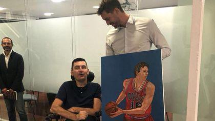 Florin Anghel, românul care pictează cu gura, i-a făcut un tablou lui Pau Gasol. Baschetbalistul spaniol i-a mulțumit public
