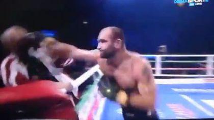 VIDEO | Un boxer și-a luat la pumni antrenorul în ring. Momentul a devenit viral