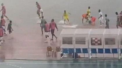 """VIDEO / Cea mai mare furtună văzută vreodată a întrerupt derby-ul Congo - DR Congo, din preliminariile Cupei Africii pe Națiuni. """"Parcă ne lua fluviul Congo"""""""