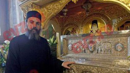 VINDECĂTORUL de CANCER. MINUNILE Sfântului NECTARIE TAUMATURGUL, povestite de Părintele Arsenie. Cum îi AJUTĂ MOAȘTELE pe credincioși.