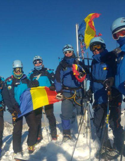 Jandarmii au pus tricolorul pe cei mai înalți munți din România.Au mers prin zăpadă până la gât, casă pună steagul pe Vârful Omu – FOTO